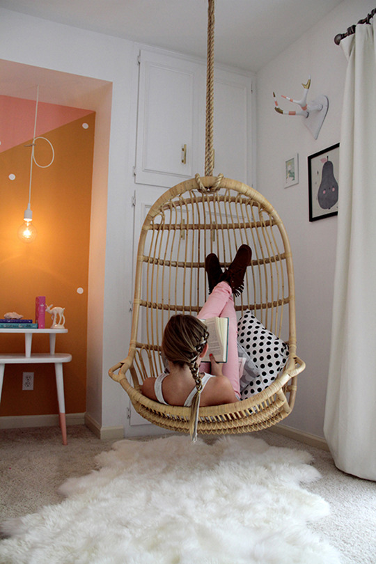 Awesome spotting a hanging chair for your living room for Indoor hanging chair for bedroom