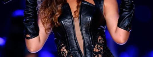 Celeb Spotting: Beyoncé at the Super Bowl